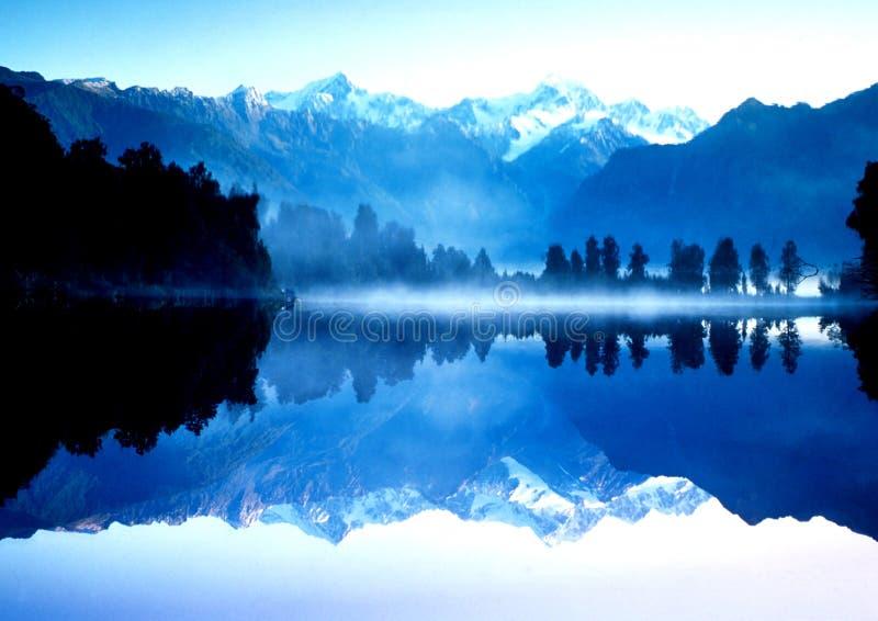 górski refleksji nad jezioro obraz stock