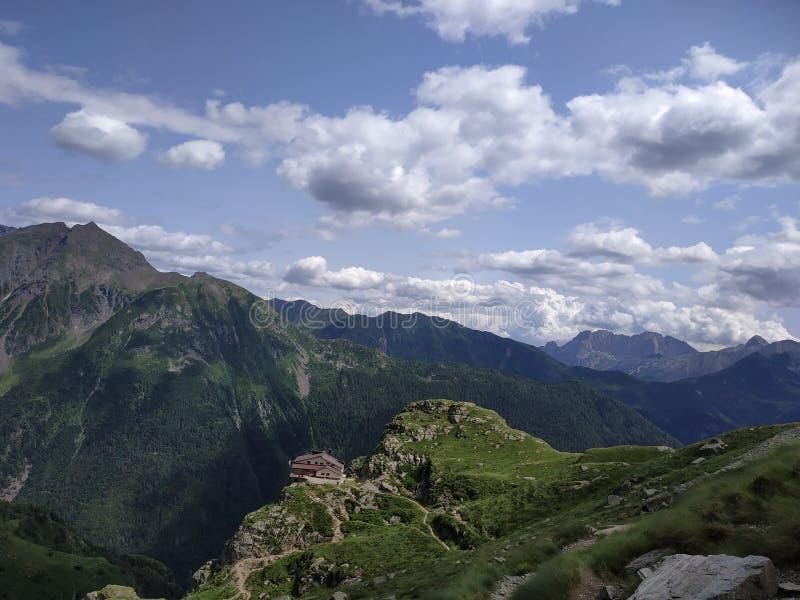 Górski regres Coca na górach Orobie obrazy royalty free