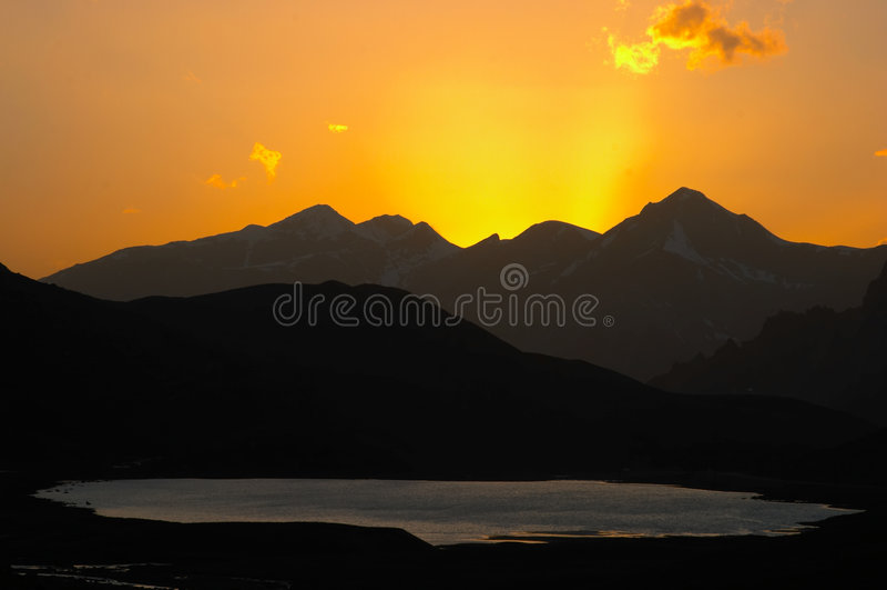 górski zachód słońca nad jezioro zdjęcia royalty free