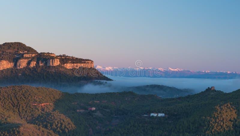 Górskie klify i Pireneje o świcie obraz royalty free