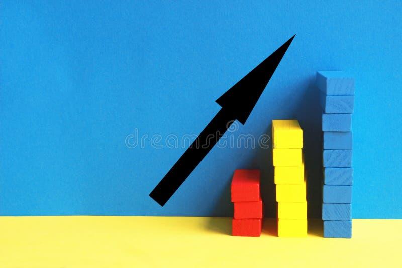 Góruje czerwieni, koloru żółtego i błękita zabawki bloki przed błękit ścianą, zdjęcie royalty free