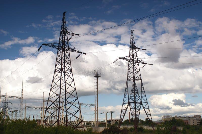 Góruje dystrybucj linie energetyczne Wysokiego woltażu elektryczny powe zdjęcie royalty free