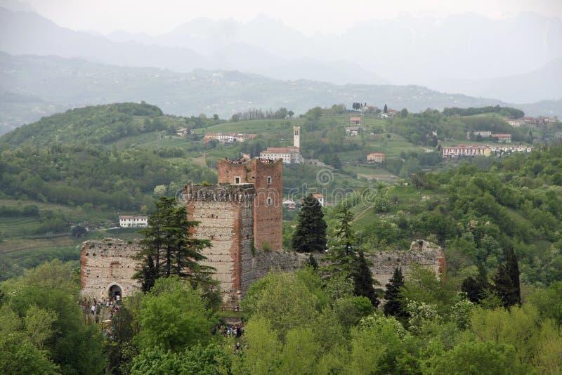 Góruje kasztel Romeo i otaczający wzgórza zdjęcie royalty free