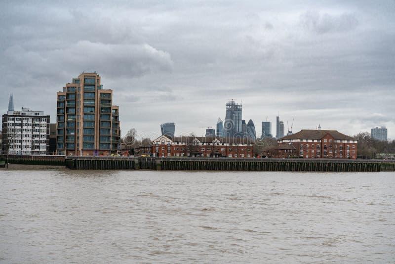 Góruje miasto Londyn nadzoruje rzek Bocznych mieszkania, mieszkania i domy wzdłuż banków Rzeczny Thames, fotografia royalty free