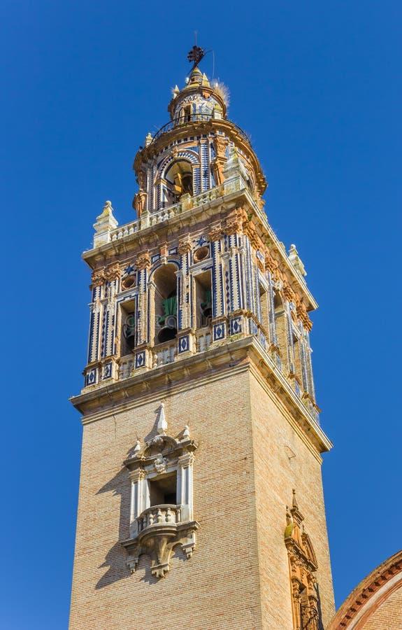 Góruje z błękitnymi płytkami Santa Maria kościół w Ecija fotografia stock
