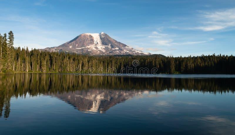 Góry Adams Takhlakh jeziora odbicia Waszyngton Gładka kaskada M obrazy stock