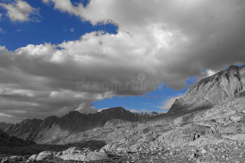 Góry: Czarny i biały z niebami błękit zdjęcie stock