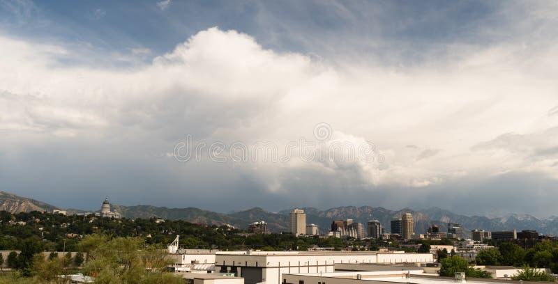 Góry Dominują Salt Lake City linii horyzontu tła Przyglądającego wschód zdjęcie stock
