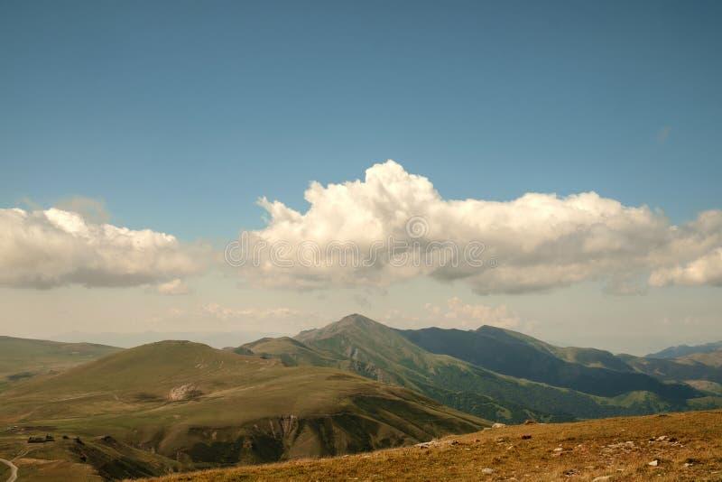 Góry i błękitny chmurnego nieba krajobraz obraz royalty free