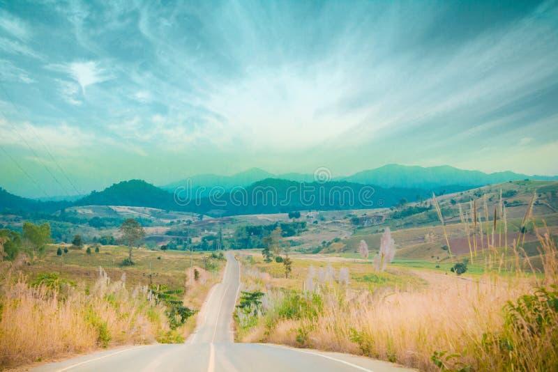 Góry i chmurny niebo obrazy stock