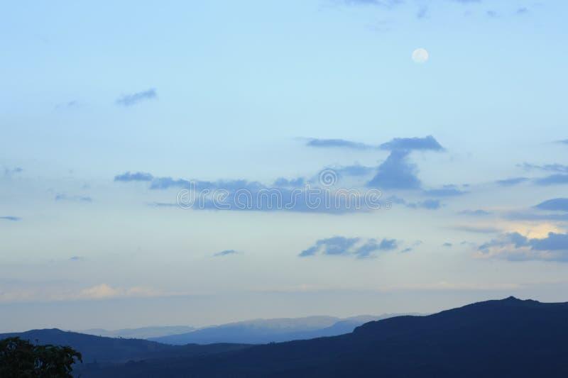 Góry i chmurny niebo obraz stock