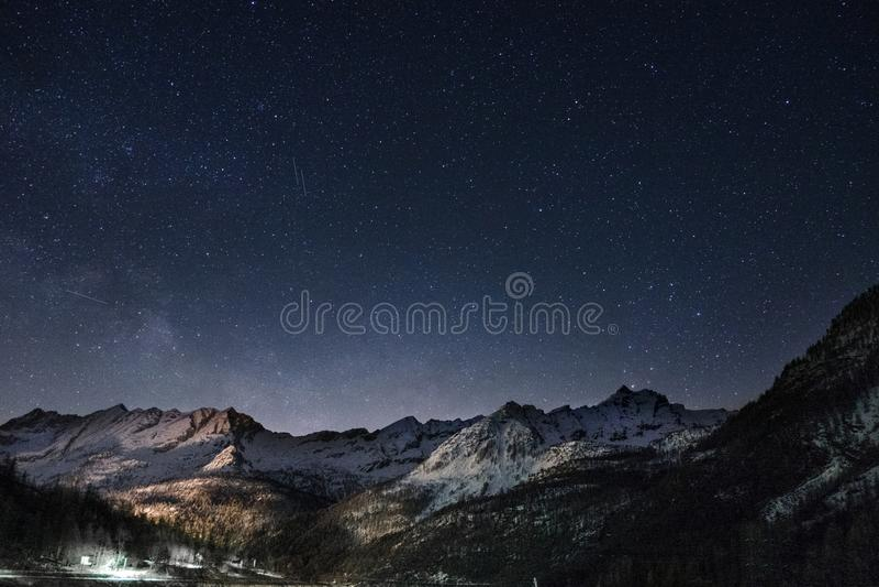 Góry i gwiazdy zdjęcie royalty free
