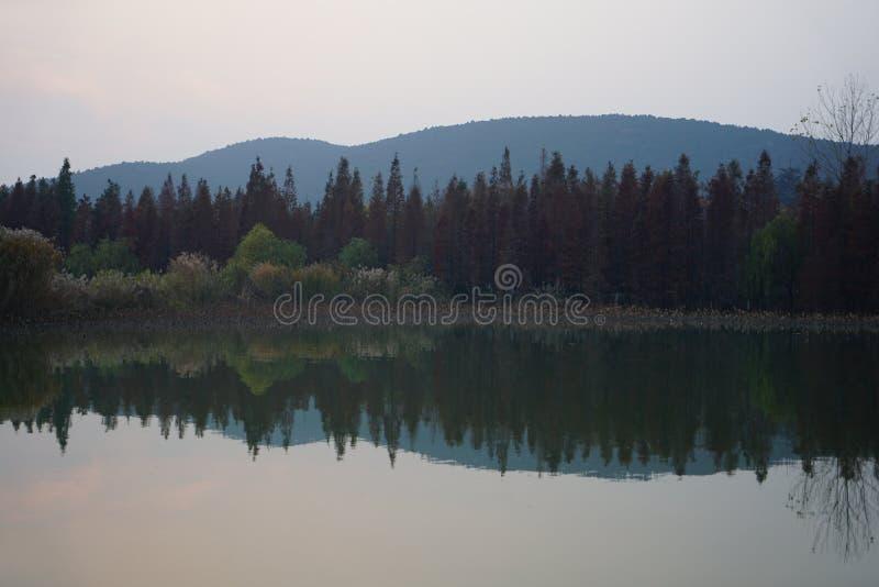 Góry i ich inwertowani cienie w sezonie jesiennym zdjęcie stock