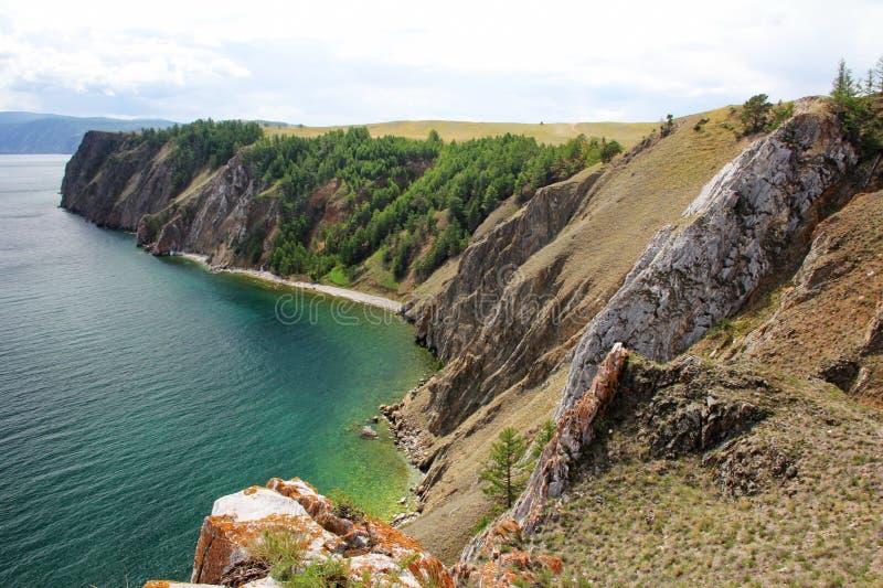Góry i jasny zieleni woda Jeziorny Baikal, Syberia, Rosja zdjęcie royalty free