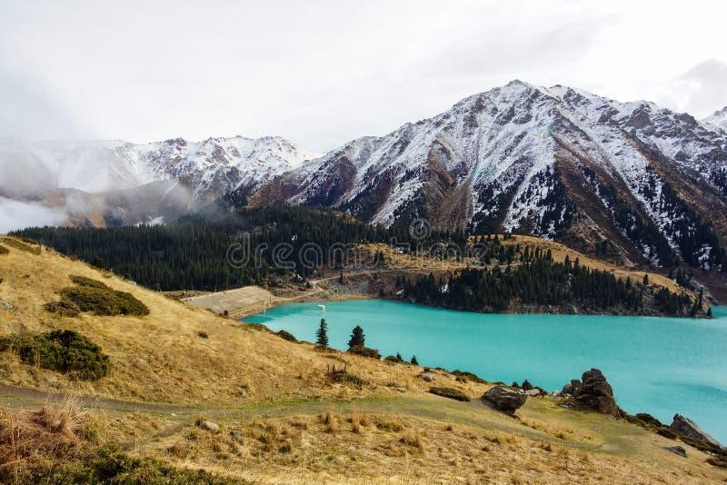 Góry i jezioro zdjęcia royalty free
