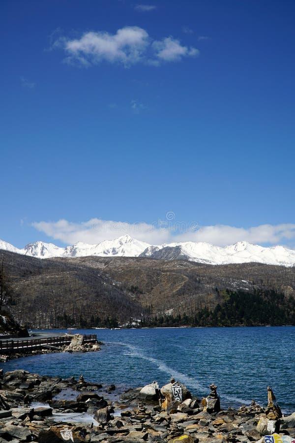 Góry i jezioro obrazy royalty free