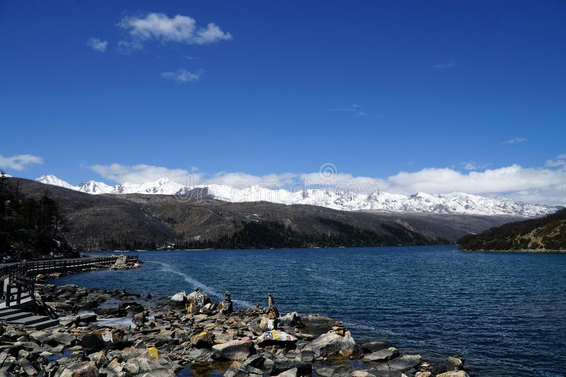 Góry i jezioro fotografia stock