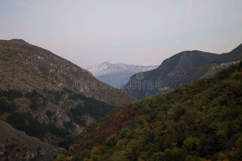 Góry i lasu krajobraz widzieć od Prizren fortecy, Kosowo zdjęcie stock