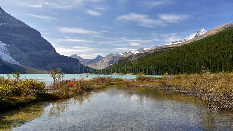 Góry i lodowa jezioro obrazy stock