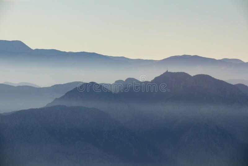Góry i mały kościół w mgle fotografia royalty free