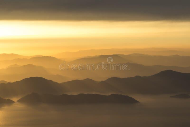 Góry i morze, zmierzch, niebo w pastelowych kolorach, lekka mgiełka, plama zdjęcie stock