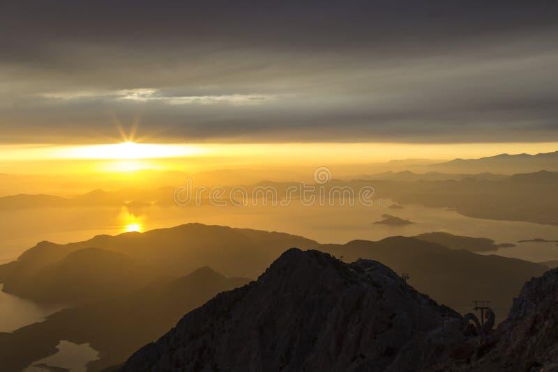 Góry i morze, zmierzch, niebo w pastelowych kolorach, lekka mgiełka, plama obrazy stock