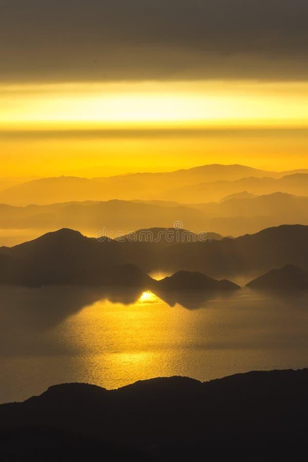 Góry i morze, zmierzch, niebo w pastelowych kolorach, lekka mgiełka, plama zdjęcie royalty free