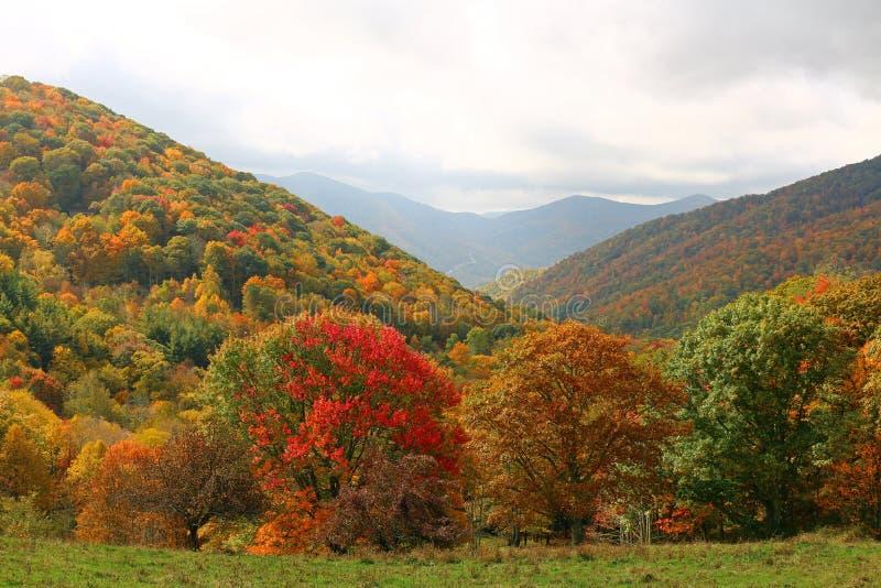 Góry i niebo zdjęcie stock