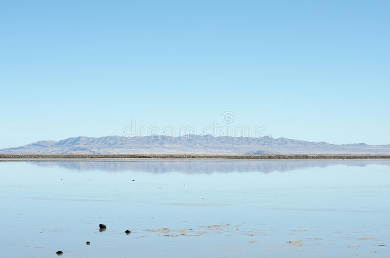 Góry i niebo odbijali w Bonneville soli mieszkaniach zdjęcie stock