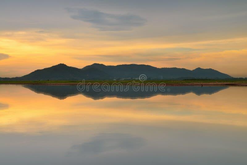 Download Góry i odbicie obraz stock. Obraz złożonej z krajobraz - 53788589