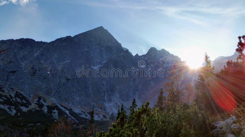 Góry i słońce fotografia stock