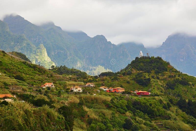 Góry i Sao Vincente miasteczko na północnym wybrzeżu madery wyspa, Portugalia obraz stock