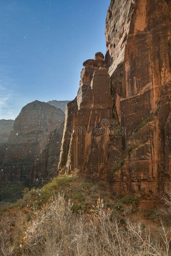 Góry i siklawa przy Zion parkiem narodowym obraz stock
