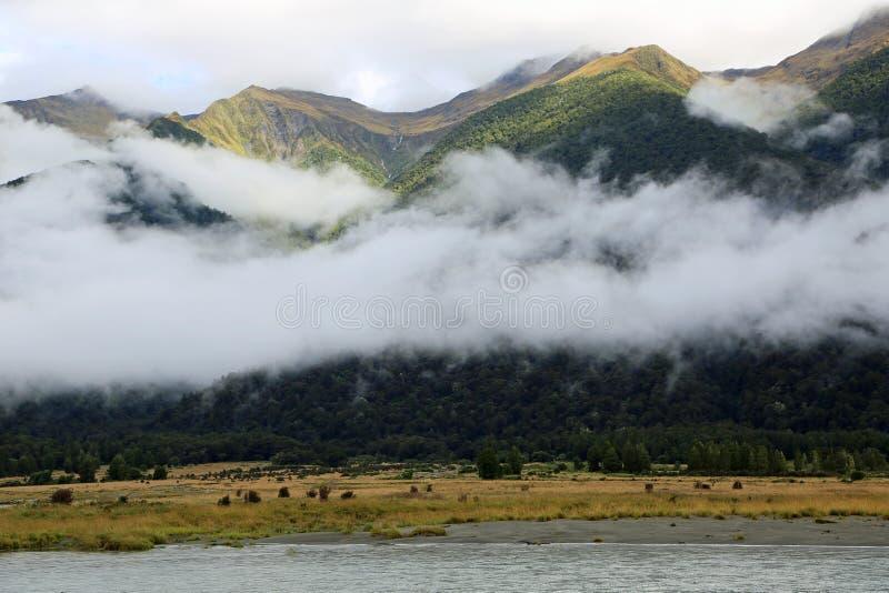 Góry i szaliki chmury zdjęcia stock