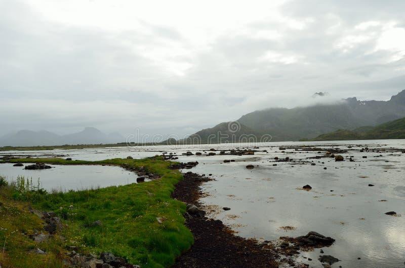 Góry i wody morskiej głąb lądu fotografia stock