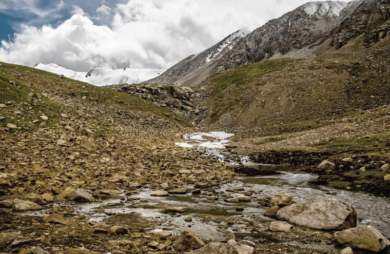 Góry krajobraz, rzeka i kamienie, obrazy stock