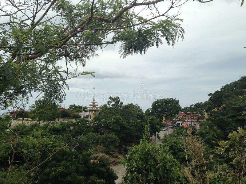 Góry kształtują teren, buddhists świątynia, nadmorski, niebieskie niebo, tropicaal drzewa zdjęcia stock