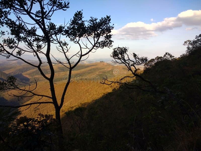 Góry, las i niebieskie niebo z chmurami, fotografia royalty free