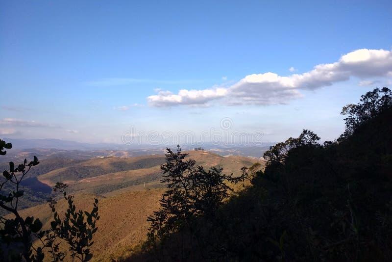 Góry, las i niebieskie niebo z chmurami, zdjęcie stock