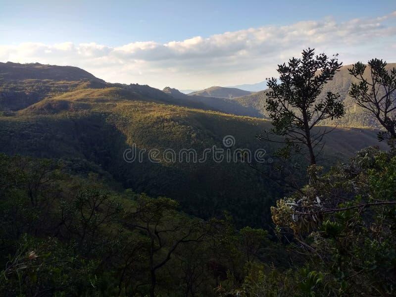góry, las i niebieskie niebo z chmurami, obraz stock