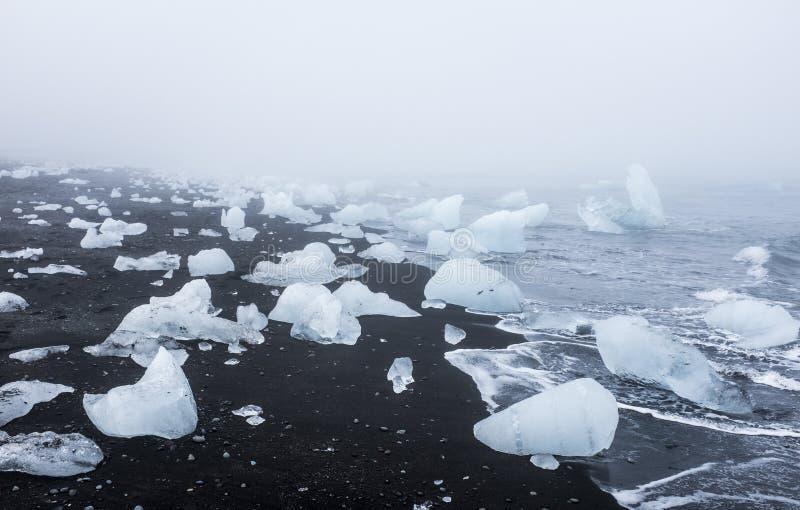 Góry lodowa na czarnej powulkanicznej plaży, Iceland obraz stock