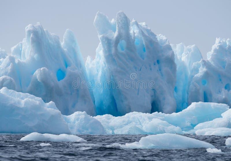 Góry lodowa z dziurami w Jaskrawym błękicie i kolce zdjęcia royalty free