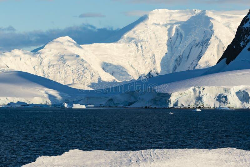 Góry, lodowe półki i śnieg, zdjęcie stock