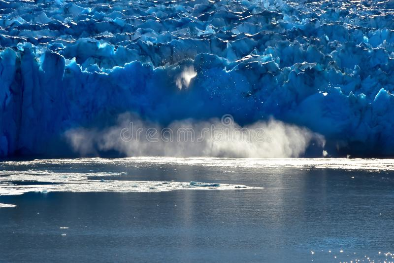 Góry lodowej ocielenie w Tracy ręki Fjord obraz stock