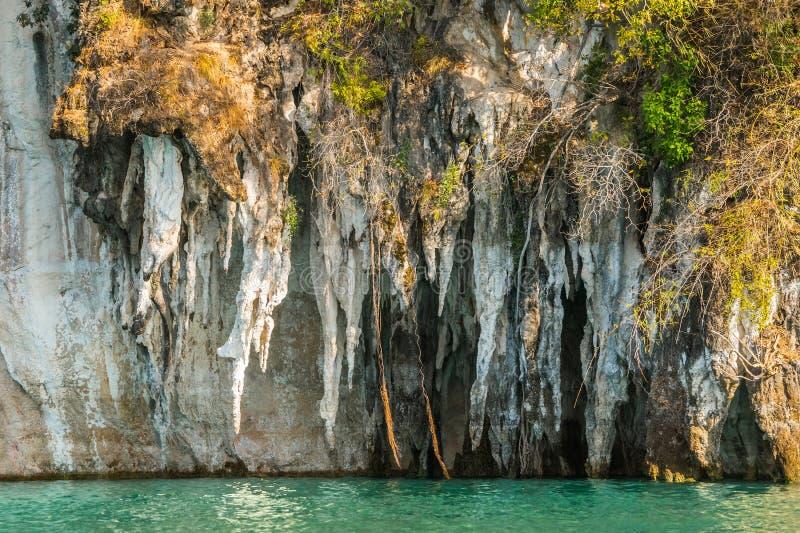 Góry nad Cheo Lan jezioro zdjęcie stock