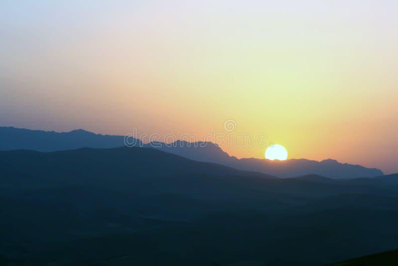 góry nad rosnącym słońce zdjęcie stock