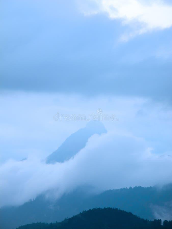 Góry niebo i chmury zdjęcie royalty free