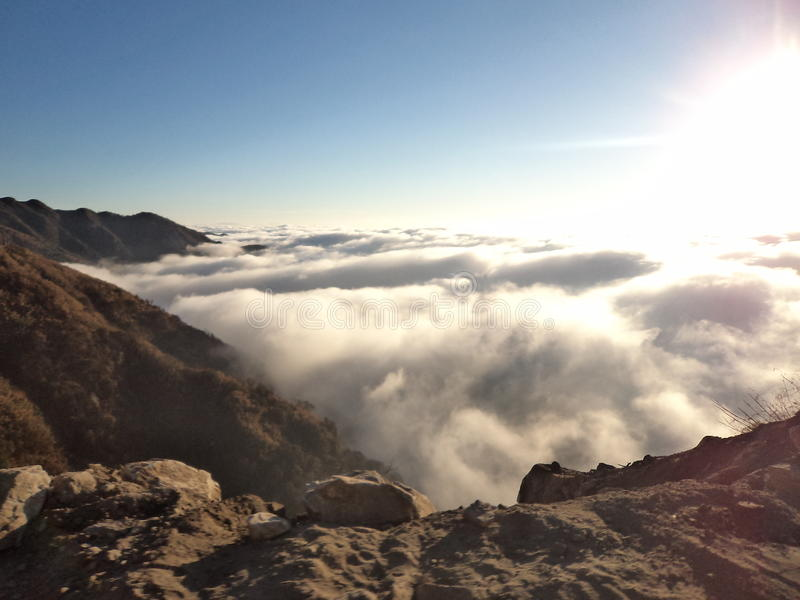 góry otaczać chmurami zdjęcie royalty free
