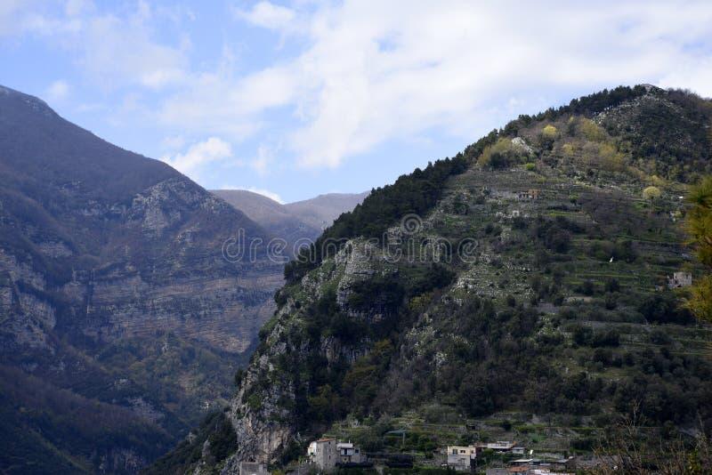 Góry otacza Historycznego miasteczko Ravello w górach w Południowym Włochy zdjęcia stock