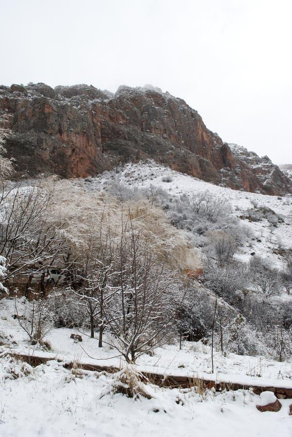 Góry pod śniegiem, krajobraz z czerwonymi skałami obrazy stock